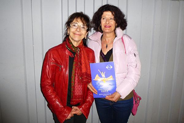 3月15日晚,哲学教师Laura Artom(左)与朋友Dominique一同观看神韵演出。(亦凡/大纪元)