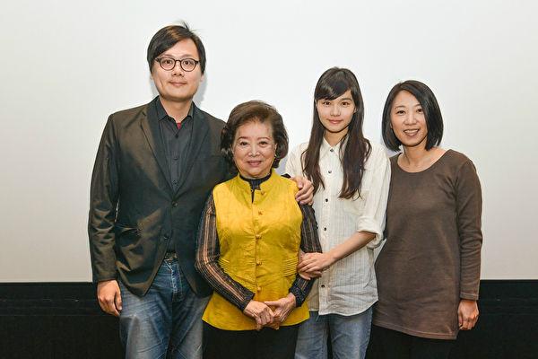 《孤味》映後大合照,圖(左起)為:導演許承傑、陳淑芳、王真琳。(公關提供)
