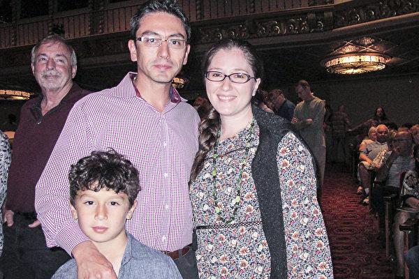 3月15日晚,私人诊所老板Isaac Yosef先生带着妻子Bonnie Nadel和儿子观看了神韵国际艺术团在美国凤凰城奥芬剧院的演出。(麦蕾/大纪元)