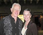 3月15日晚,Dawson夫妇观看了神韵国际艺术团在美国凤凰城奥芬剧院(Orpheum Theatre)的演出。(麦蕾 /大纪元)