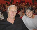 Joel Aumage先生和夫人Danielle Aumage被神韵深深吸引。(文华/大纪元)