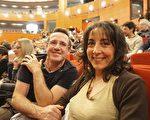 Philippe GEOR先生和朋友Claudine Galéa女士一起观看了神韵世界艺术团在普罗旺斯大剧院的首场演出。(金湖/大纪元)