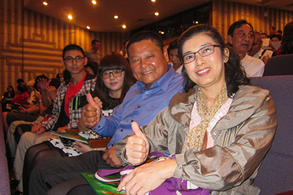 2017年3月17日晚上,昇晔营造公司董事长吴昇晔观赏神韵纽约艺术团在高雄文化中心的演出。(懂憓陵/大纪元)