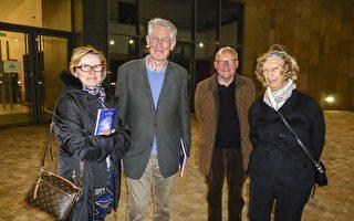 從左到右:Mocaer 夫人,Froidure 先生,Mocaer 先生和Froidure夫人一起觀看了神韻世界藝術團在普羅旺斯大劇院的第二場演出。(亦凡/大紀元)