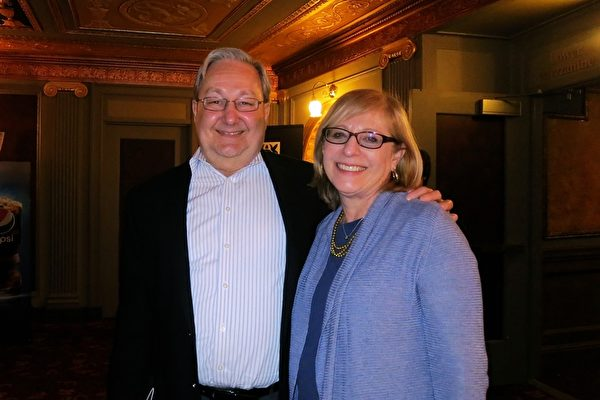 Harry Rosenberg和Helen Rosenberg夫妇于3月18日晚在康乃狄克州沃特伯里派雷斯剧院(Palace Theater)观看神韵后表示,从节目中他们看到中国文化充满了神性,蕴含在几千年前的历史中。(林南宇/大纪元)