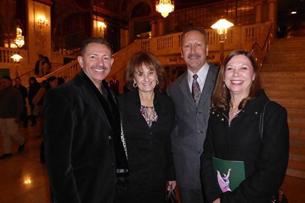 企业主Ron Cordeau(左一)与太太(左二)、警察朋友夫妇Brian Morrone(右二)结伴观看了神韵,称赞神韵让他们大饱眼福。 (良克霖/大纪元)