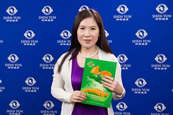 2017年3月19日下午,尊宸国际有限公司总经理戴惠华观赏神韵纽约艺术团在高雄文化中心的演出。(罗瑞勋/大纪元)