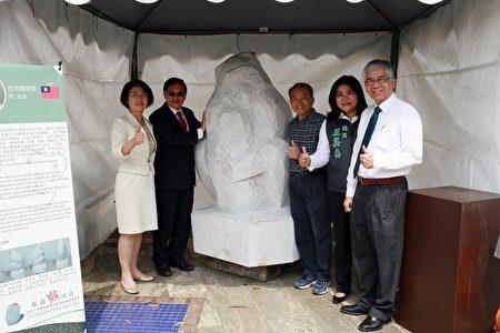 (左起)文化局局长黄美贤、市长涂醒哲、猴雕材料、在地雕塑家蔡永武、王美惠议员及副市长张惠博。(嘉义市政府提供)