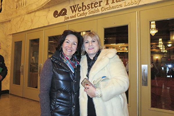 业务分析师Christ Capozziello ( 左)和她的表姐 Laurie Caserta(右)3月19日下午结伴一起观看了在派雷斯剧院的第三场也是在当地的最后一场演出。 (林南宇/大纪元)