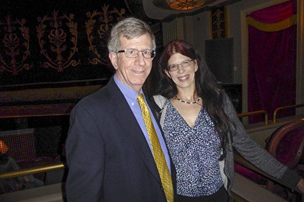 3月19日下午,康州Farmington地区一家律师事务所的合伙人David Borrino他与女友Sharon DiGeronimo一起观看美国神韵北美艺术团在美国康乃狄克州沃特伯里派雷斯剧院(Palace Theater)第二场演出,感受到神韵艺术家们在传递一种平静美丽的宇宙能量。(良克霖/大纪元)