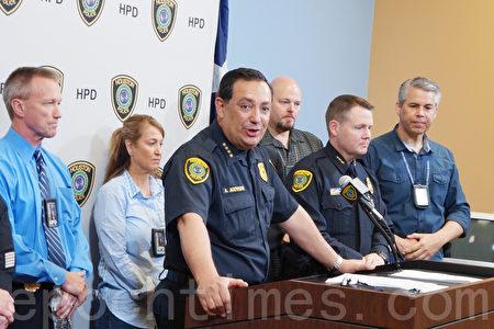 图:休斯顿警察局局长Acevedo宣布Tom Brady被盗球衣墨西哥寻获。(易永琦/大纪元)