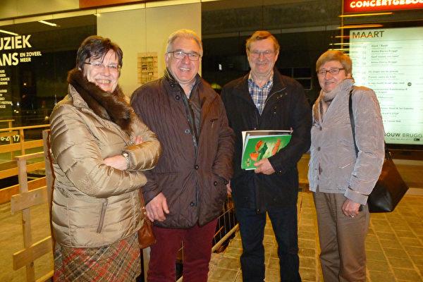 电子学教授Michael Aerts(右二)和太太与儿女亲家的农场主Jozef Vercamer夫妇3月21日在布鲁日观看了神韵。(林达/大纪元)