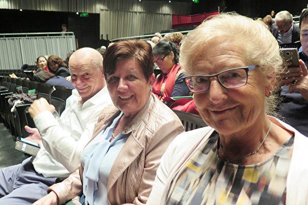 Annamarea Waer-ob女士同儿子与儿媳妇3月21日晚在比利时布鲁日一起观看了神韵演出。 (文华/大纪元)
