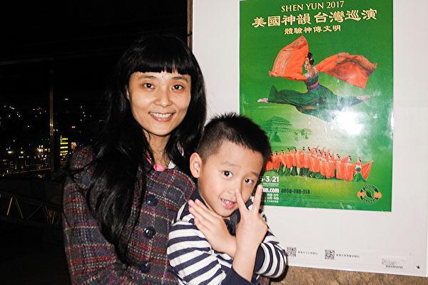 2017年3月21日晚上,亚果元素国际公司行销长何元佳带儿子观赏美国神韵纽约艺术团在基隆文化中心的演出。(龙芳/大纪元)