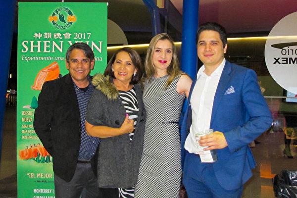 3月21日,社会责任审计师María Elena Martínez女士和丈夫(左一)、朋友们 一起观看了3月21日下午神韵在瓜达拉哈拉的演出。(麦蕾/大纪元)