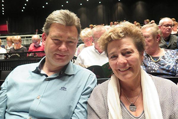 IT负责人Marc ver Voort先生和母亲Vera女士感受到神韵带来的祥和安宁是这世界最需要的。(文华/大纪元)