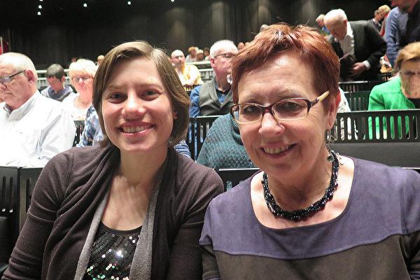 Leava Vrnweldarode(右)和Karolyn Hernou 观看神韵后,最受感动的是法轮功节目。(文华/大纪元)