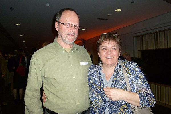 """企业老板夫妇Peter Willems 和 Anne Vander Sloten对神韵表演中体现的""""真实""""感受最深。(林达/大纪元)"""