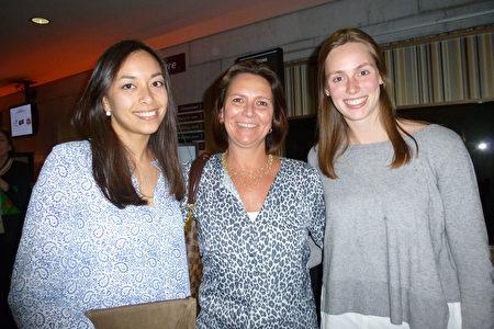 公司老板夫人Ann Vannete(中)和女儿Elina(右)及其朋友Lisa Manalili畅谈对神韵演出的观感。(林达/大纪元)