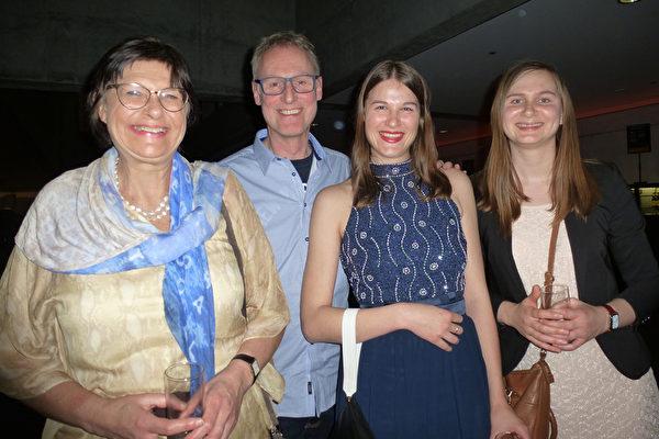 企业主及一家Gonda Rainil,Piet Rainil,Anne Rainil,Eveline Rainil(从左到右)和一起观看了美国神韵世界艺术团在布鲁日的第二场演出。他们都感到无比的高兴与兴奋。(林达/大纪元)