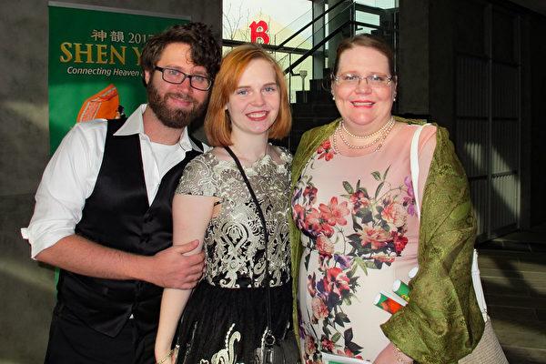 作家Alexandra Dunlap女士(右)与家人一起观看演出,对神韵舞蹈演员们高超的技巧,赞叹不已。(梁欣/大纪元)