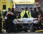 英国国会大厦23日惊传恐攻,凶手开车冲撞人群后又持刀刺杀1名员警,该员警最后伤重死亡。(Carl Court/Getty Images)