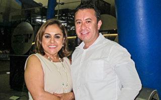 3月22日晚上,Manuel Romo先生和太太Angélica González觀賞了神韻巡迴藝術團在墨西哥瓜達拉哈拉Auditorio Telmex劇院的第二場演出。( 麥蕾/大紀元)