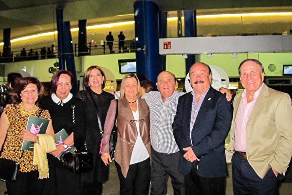 3月22日晚上,Cristóbal Romeu先生(右三)偕同朋友一行七人观赏了神韵巡回艺术团在墨西哥瓜达拉哈拉Auditorio Telmex剧院的第二场演出。( 麦蕾 大纪元)