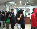 台灣屏東縣警局3月24日宣布破獲詐騙集團,逮捕9男3女。警方表示,25歲蔡姓主嫌遠赴杜拜和日本學詐騙技術,警方21日以攀降及乘坐雲梯車進入位於台南的機房,瓦解集團。(屏東縣警局提供)
