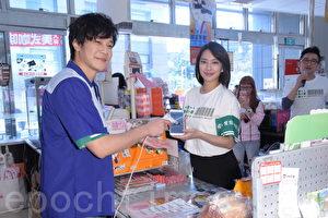 """爱盲基金会于2017年3月21日在台北举行5880""""我帮帮您""""推广爱心码捐发票公益活动。图左起为薛仕凌、周采诗。(黄宗茂/大纪元)"""