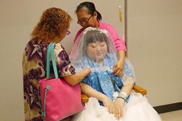 慧婷的阿嬤為她蓋上頭紗。(方金媛/大紀元)