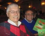 退休教授Donald Rizzo和朋友Jesse Baker赞叹神韵艺术水平高超,且极具教育意义。(李清怡/大纪元)