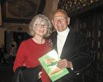 2017年3月24日晚,兰花培育大师Paul Gripp先生与太太Janet观赏了神韵在圣巴巴拉的首场演出(大纪元/大纪元)。