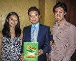 华裔前舞蹈演员Kelvin Lin带着上大学的儿子James Lin以及上中学九年级的女儿Simone Lin来到了墨尔本著名的丽晶剧院,观看了神韵演出。(伊丽/大纪元)