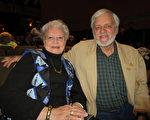退休教授Joe Desrochers先生与夫人,退休编辑Judy Desrochers 2017年3月25日欣赏了神韵北美艺术团在佛蒙特州伯灵顿市的首场演出后惊叹神韵的一切都那么美好。(秦川/大纪元)