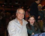 3月25日下午,公司業主、電訊工程師Rick Carr先生偕同太太Lila和兩個女兒一起觀看了神韻北美藝術團在美國佛蒙特州伯靈頓市的首場演出。(蘇菲/大紀元)