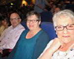Allen Jerram先生和夫人Susan以及母親Pamelon Jarram認為神韻是最好的聖誕禮物。(文華/大紀元)