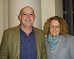 英文教师Jane Milligan(右)夫妇在观看了2017年3月25日的伯明翰神韵演出之后感叹不虚此行。(李景行/大纪元)