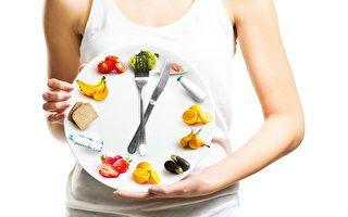 不少研究指,间歇性断食有助于减去腹部脂肪,可防治心脏病、糖尿病、某些癌症,还能防止早亡。(TijanaM/Shutterstock)