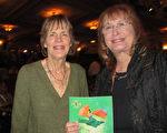 3月25日(星期六)下午,退休英文教师Dee Johnson与姐姐Terry Johnson与三位朋友结伴前来,观赏了神韵国际艺术团在美国南加州圣巴巴拉格兰纳达剧院的第二场演出。(李清怡/大纪元)