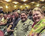 鮮花公司總裁Wilja Happe和來自猶他州的朋友Martin Manzo先生(右一、二)和演員女兒、女婿(中間)及一對夫婦朋友一起觀看了3月25日神韻國際藝術團在聖巴巴拉的演出,六人都表示非常喜愛神韻。(李清怡/大紀元)