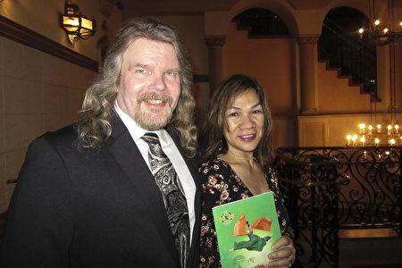 職業貝斯手Jeff Mack先生和太太Lexi Mack觀賞了3月25日晚的神韻國際藝術團演出。(李清怡/大紀元)
