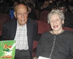 2017年3月25日晚,度假村的莊園主Sandy Power與妻子Heloise一起觀賞了神韻本年度在南加州聖芭芭拉劇院的第三場演出。(林貞/大紀元)
