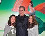 3月25日,来自墨西哥城的Carlos Orozco先生带着两个女儿观赏了神韵巡回艺术团在墨西哥城文化中心剧院 1(Centro Cultural Teatro 1)的第三场演出。( 麦蕾 大纪元)