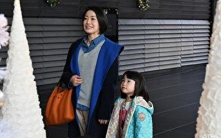 日剧《砂之塔》剧照,菅野美穗(左)母爱大爆发,戏外对饰演其女儿的小童星稻垣来泉(右)特别疼爱。(纬来日本台提供)