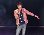 金英光展現燦爛笑容登台表演。(寶輝娛樂提供)