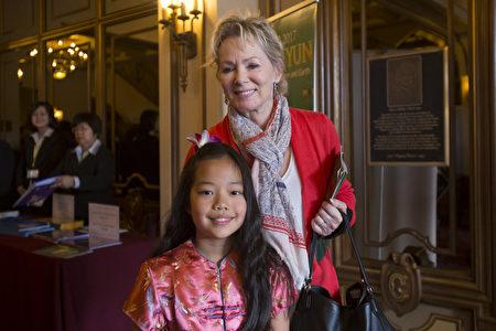 三次艾美獎得主Jean Smart帶著8歲半的女兒Bonnie四度觀賞神韻。(季媛/大紀元)