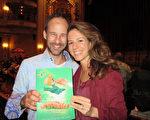 3月26日下午,享誉全球的神韵国际艺术团在南加州圣巴巴拉市格兰纳达剧院举行了第四场演出,Jason Frahm先生携太太Veronica Krestow观看神韵为她庆生。(大纪元/李清怡)