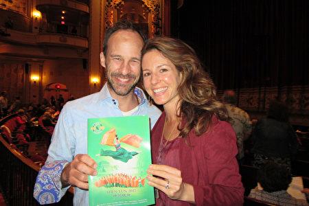 3月26日下午,享譽全球的神韻國際藝術團在南加州聖巴巴拉市格蘭納達劇院舉行了第四場演出,Jason Frahm先生攜太太Veronica Krestow觀看神韻為她慶生。(大紀元/李清怡)