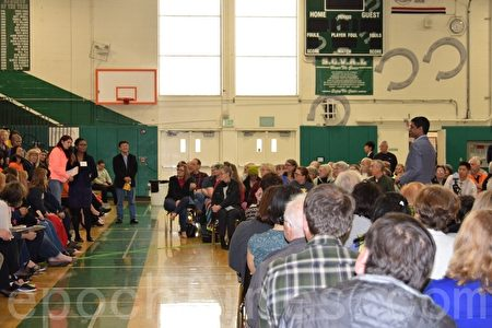 硅谷居民参加国会议员罗康纳的社区见面会,呼吁解决飞机噪音问题。(梁博/大纪元)